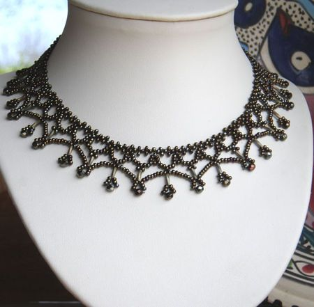 "lacy beaded necklace with pattern / click on ""SCHEMA"" below photo to get PDF"