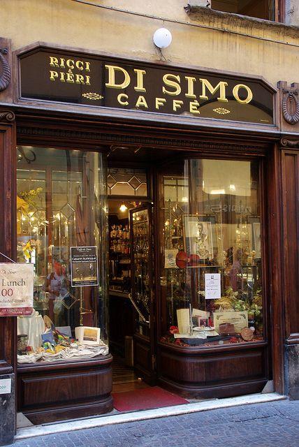 Lucca, Tuscany, Italy Preciosa fachada de un Coffee shop en Italia, bien cuidada, de madera y con una entrada pequeña y delicada.