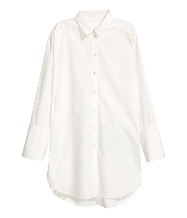 Wit. Een lange overhemdblouse van geweven katoen met een smalle kraag, een…