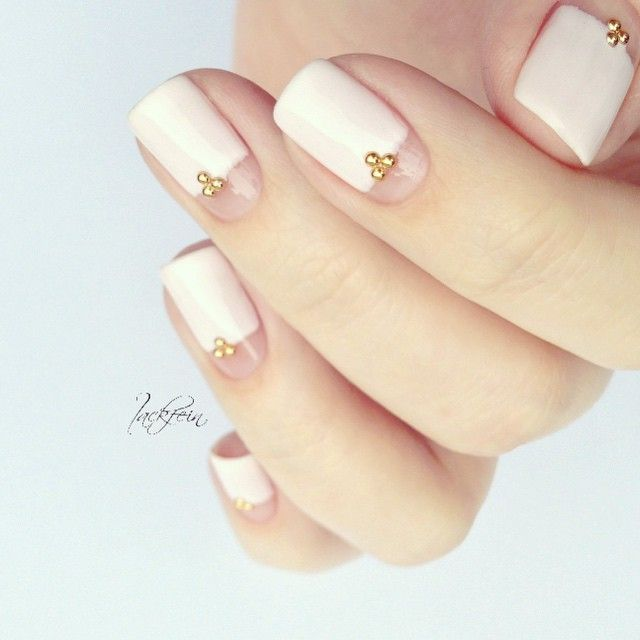 Simple and elegant mani with negative space moons. (by @lackfein on IG):