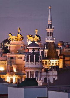 Aurigas sobre el edificio del Banco de Bilbao (calle Alcalá, Madrid)