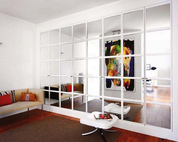 El armario empotrado que ocupaba toda la pared se ha cerrado con puertas de cuarterones de espejo para potenciar la luz y el espacio.