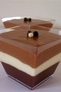 Verrines aux 3 chocholats: 20cl de lait concentré non sucré froid 90g de chocolat noir patissier 90g de chocolat au lait patissier 90g de chocolat blanc patissier 2 oeufs. 1.Concassez grossièrement les 3 chocolats, réservez-les dans 3 bols,séparément.  2.Préparez de la crème au chocolat noir.Dans une petite casserole ,chauffez 10 cl de lait concentré sans le faire bouillir.Faites-y fondre le chocolat , puis répartissez-le dans 4 verres transparentes .