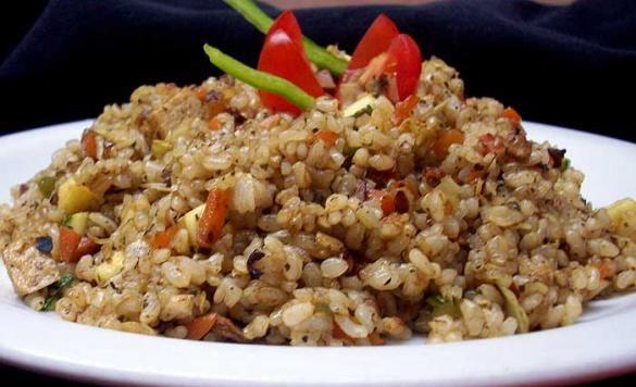 A continuación te presentamos dos maneras diferentes de hacer el arroz frito (receta china) que te encantarán.