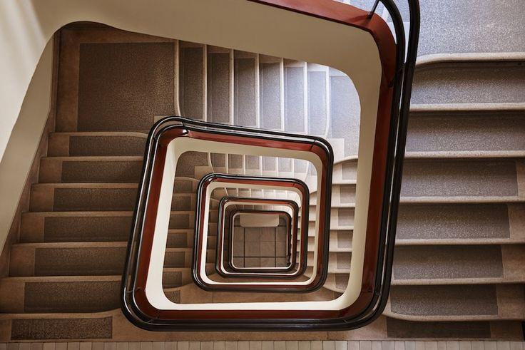 De Hongaarse fotograaf Balint Alovits heeft zijn oog laten vallen op de wenteltrappen in Budapest. Van perfecte cirkelvormige exemplaren tot vierkante opga