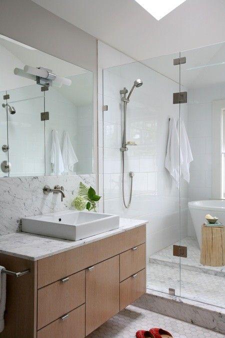Une salle de bain dégagée et délicate
