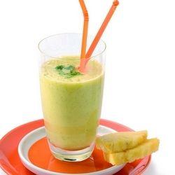 Sok ananasowy ze świeżym imbirem i kolendrą Składniki     1 ananas     2 łyżki liści kolendry     cienki plasterek imbiru     szczypta soli  Metoda      Obierz ananasa, wytnij twardy środek i pokrój owoc w kostkę.      Włóż wszystkie składniki do blendera i miksuj na najwyższych obrotach (ustawienie MAX) przez co najmniej 1 minutę.     Sok lepiej smakuje schłodzony.       Czas przygotowania: 5 minut