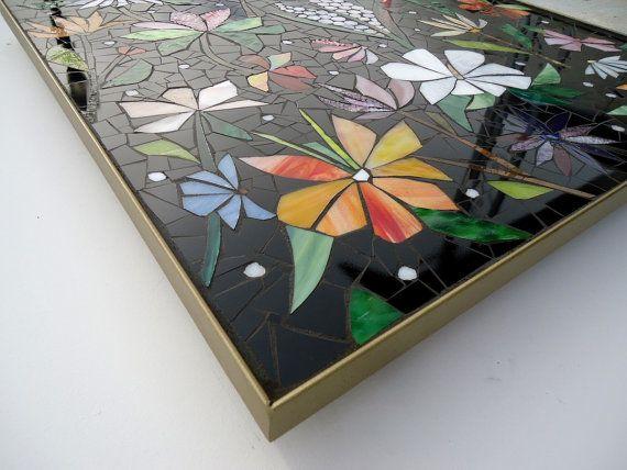 Panneaux de mosaïque intérieure est un excellent moyen pour améliorer vos espaces de vie intérieures où leau et lhumidité sont présents. Remplacer quennuyeux tuile standard avec un panneaux de mosaïque faite sur mesure pour transformer votre dosseret de cuisine, baignoire entoure, douches et autres endroits « humides » dans une belle déclaration décorative. Ces pièces peuvent collé directement au mur et fini avec des carreaux de bordure ou nous pouvons créer un cadre personnalisé pour elle…