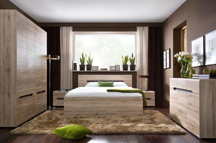 Moderne slaapkamer bestaande uit een tweepersoonsbed, twee nachtkastjes, kledingkast en een commode. Uitgevoerd in de kleur San Remo Eiken.