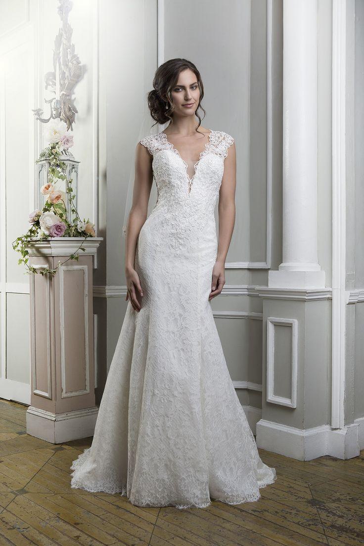 Rochia de mireasă Lillian West 6370 este o rochie croită în stil Sirena dintr-o dantela venetiana.  Culorile disponibile: Ivory/Nude, Ivory, White, Light Gold/Nude