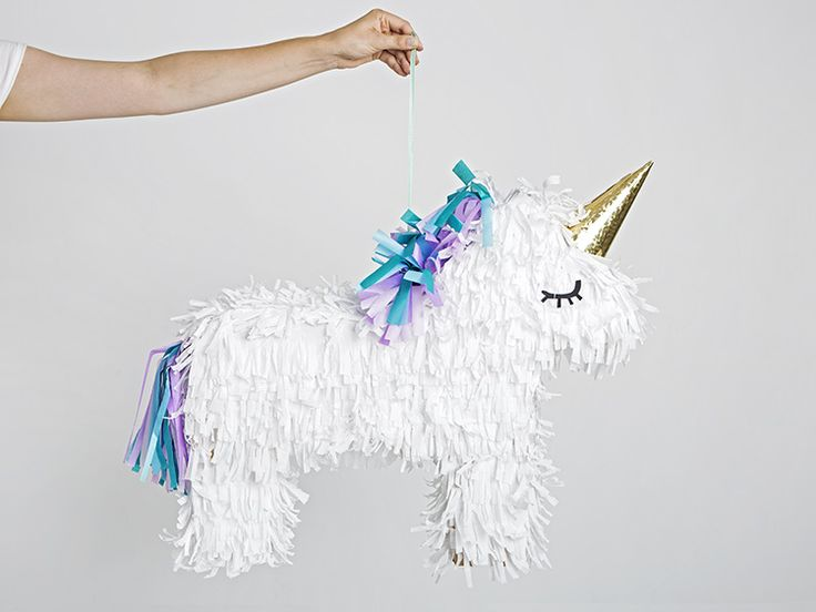 DIY-Anleitung: Einhorn-Piñata basteln / diy inspiration for party props: how to craft an unicorn pinata via DaWanda.com