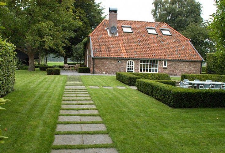 boerderijtuin met verschillende terrassen en veel gras