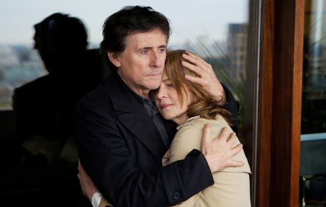 """Charlotte Rampling e Gabriel Byrne, in una scena di """"I, Anna"""", il film che l'attrice ha girato sotto la direzione del figlio Barnaby Southcombe(2012)"""