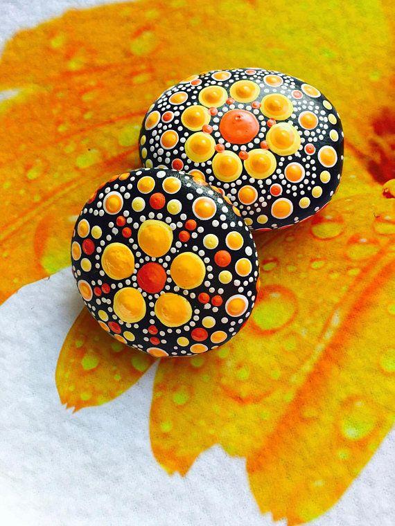 Op zoek naar een mandala steen maar kan niet vinden precies wat u zoekt? MADE TO ORDER - Mandala steen. ---steen maten bereik tussen 2.5- 3. ---Kies uw eigen kleuren of worden verrast! ---zien een patroon dat je leuk vindt, laat het me weten. ---omvatten een klein bericht aan