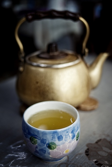 Japanese roasted green tea ほうじ茶  tranquility, comfort and elegance. Have pretty tea sets and golden kettles