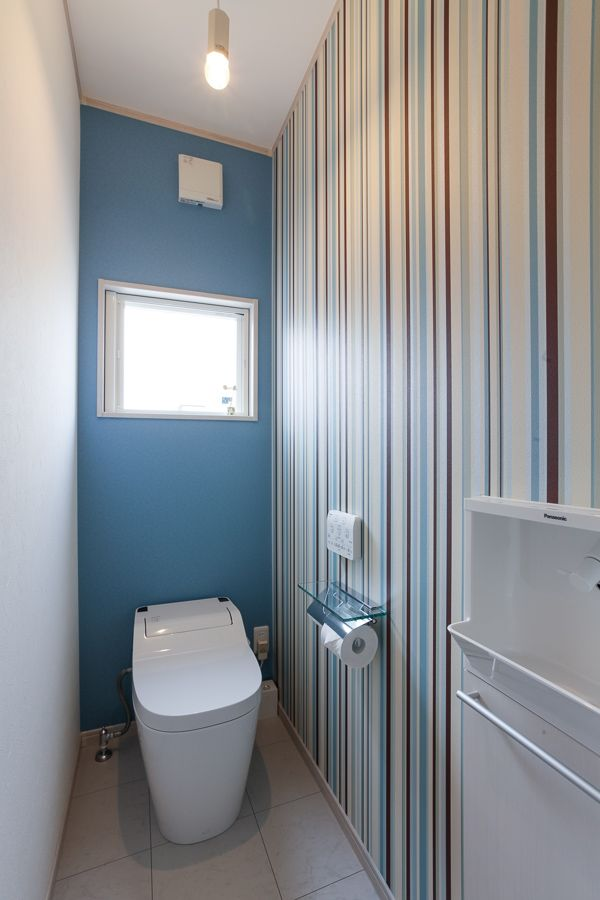 爽やかなブルーのクロス モダンなストライプのクロスで 清潔感ある空間に マイホーム 家づくり 住宅 トイレ トイレクロス 設計 工務店 マイホーム計画 トイレの壁 トイレの壁紙 ブルーの壁 ストライプクロス 施工事例 間 トイレ 壁紙 おしゃれ