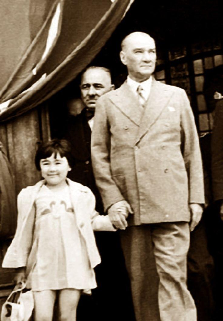 Alman Volkischer Beobachter Gazetesi</br>Atatürk Türkiye'yi tek düşmanı kalmaksızın bırakmıştır. Bu zamanımızın hiçbir devlet şefinin başaramadığıdır.