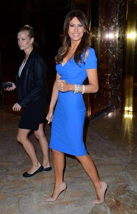 Melania näyttäytyi kirkkaansinisessä mekossa oman ihonhoitosarjansa promootiotilaisuudessa huhtikuussa 2013.