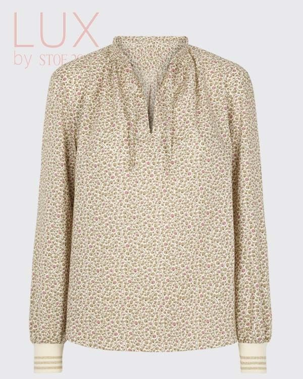 Smart bluse i forårsfarver med ribkant. Blusen er syet i luksus kvalitet 100% bomuld.