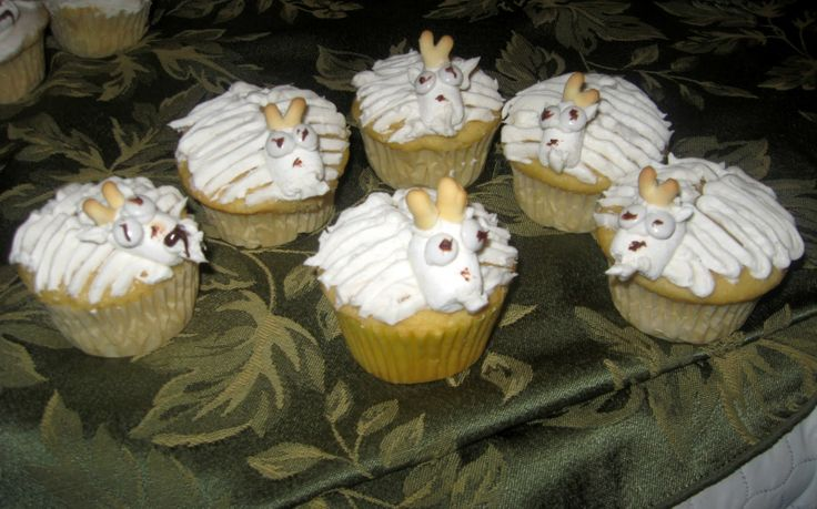 goat cupcake | ... cupcake white Use animal cracker legs to make horns. Use frosting bag