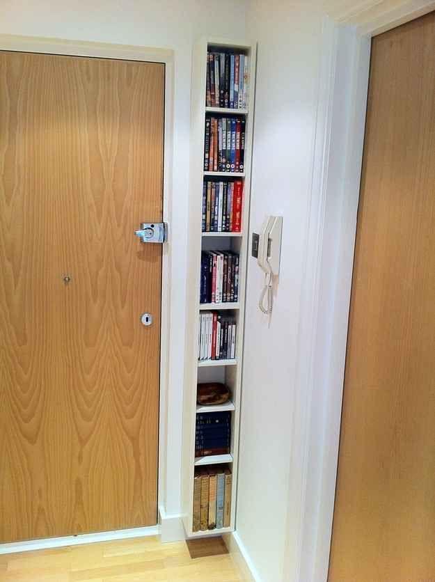 Uma estante de livros flutuante fina é uma forma ótima para adicionar armazenamento em um espaço morto.