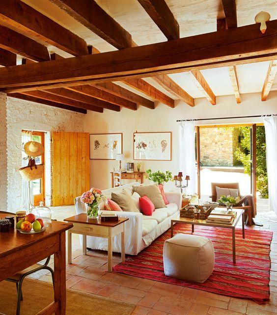 O aconchego e a beleza da madeira podem ser destaques no teto do ambiente. A madeira é um material muito versátil que permite ser aplicada de várias formas, seja mais rústica ou um estilo mais moderno.