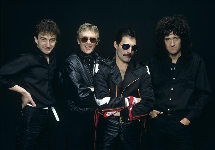 ''Yo pensé el nombre #Queen. es sólo un nombre, pero obviamente es muy real y suena espléndido, es un nombre fuerte, muy universal e inmediato, visualmente tenía mucho potencial y estaba abierto a toda clase de interpretaciones, Yo era consciente de las connotaciones gay, pero era tan solo una de sus facetas.'' -Freddie Mercury, sobre el origen del nombre de la banda.
