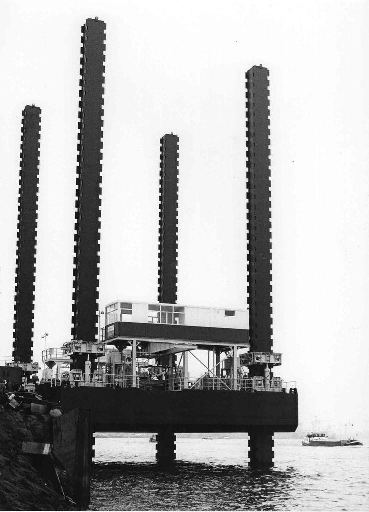 Co. 956 (1976) | 'Mona'. Vier-poots werkeiland gebouwd voor rekening van Algerije. foto: Baggermuseum Sliedrecht / IHC Holland / IHC Gusto BV fotograaf: Bureau Kramer Rotterdam