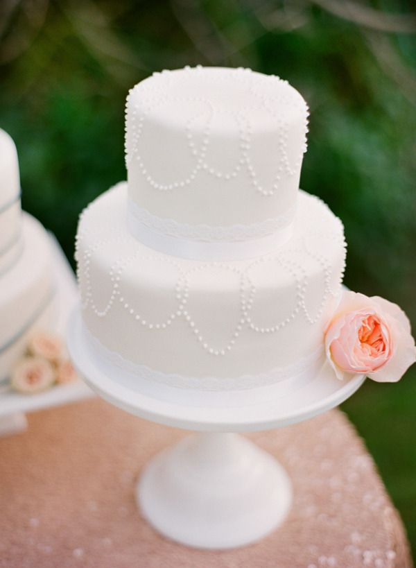 Bolo de casamento branco, pequeno, decorado com rosa em tom salmão.: All White, Little Cakes, Floral Design, Simple Cakes, Red Flowers, Wedding Cakes, White Cakes, Bridal Cakes, Little Flowers