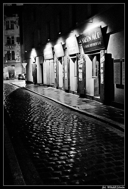 There is just something about B/W Photography this is amazing #bandw #photography #street #night