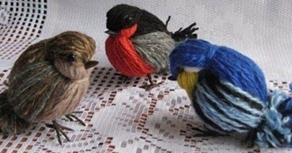 A madárkák elkészítéséhez különféle színárnyalatú fonalak szükségesek, plusz két kis fekete gyöngyszem a szemeknek, drót és az arra tekert ...