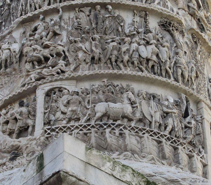 La colonna di Marco Aurelio fu innalzata sull'esempio della Colonna Traiana; le scene,  in ordine cronologico, raffigurano le campagne militari che si svolsero dal 168 al 172, fino alla rappresentazione della vittoria, e dal 173 al 174 nella seconda parte. Nella prima scena il passaggio del Danubio sul ponte di barche - Roma, Piazza Colonna