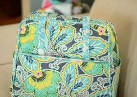 Amy Butler Weekender Bag. Pretty! Her tutorial, no pattern with link to another blogger (MaryClare) with her compilation of changes/amendments