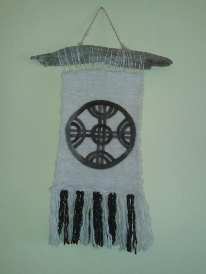 telar decorativo,con lana de oveja y aplicación en vellón gris