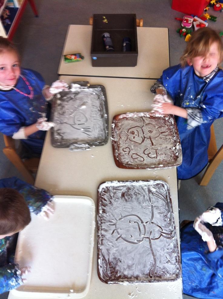 Regelmatig gedaan in de klas; tekenen of schrijven in scheerschuim. De klas ruikt meteen heerlijk!
