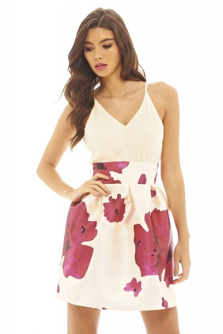 Dostępne różne rozmiary – niezwykle ciekawa sukienka 2 w 1 – modna sukienka rozkloszowana o pięknym kwiatowym motywie zastosowanym na spódnicy – góra sukienki to lekki, luźny top w apetycznym kremowym kolorze – szyfonowa góra na ramiączkach – pięknie prezentuje szyję i dekolt – dół sukienki ze sztywnego, mięsistego materiału o lekkim połysku – wysoka
