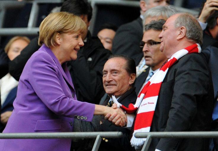 Hoeneß beim Champions League Finale - Handschlag mit Merkel