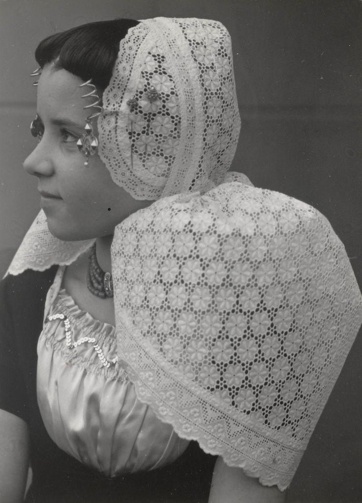 Meisje uit Westkapelle in Walcherse streekdracht. Ze is gekleed in zondagse kerkdracht. 1950 #Zeeland #Walcheren