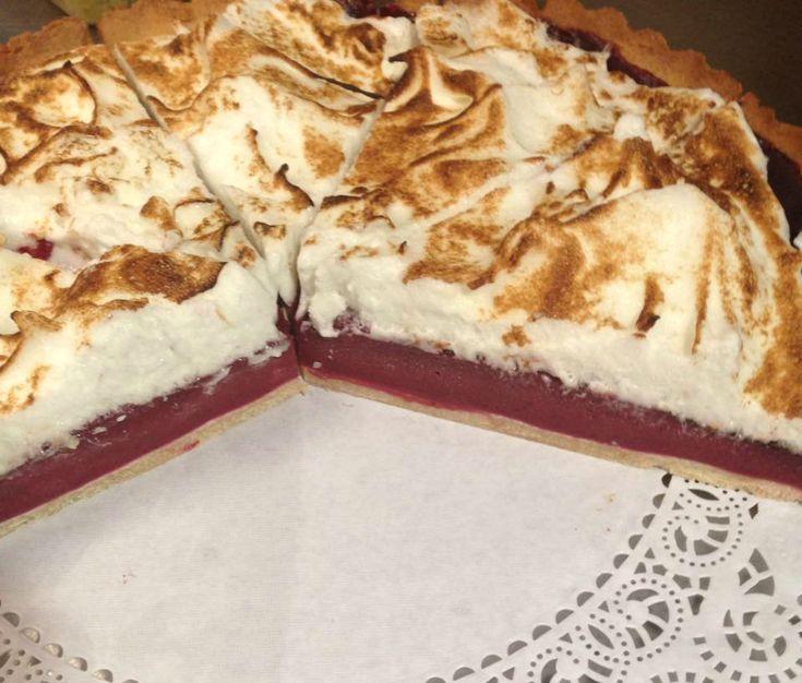 Recept voor een rood fruit meringue taart. Eens wat anders dan citroen. Begin met het deeg voor de bodem. Kneed alle van alle ingrediënten een soepel deeg. Je kan dit met de hand doen o