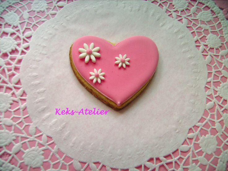 Herstellung und Fotografie von: Keks-Atelier. Mürbeteigherz glasiert mit Eiweißspritzglasur/Royal Icing, die Blumen sind aus Fondant