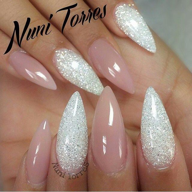 om dit te kunnen krijgen heb je nodig: lange puntige nagels glitter nagellak en roze nagellak    ( je hoeft niet puntiggen agens te hebben hoor