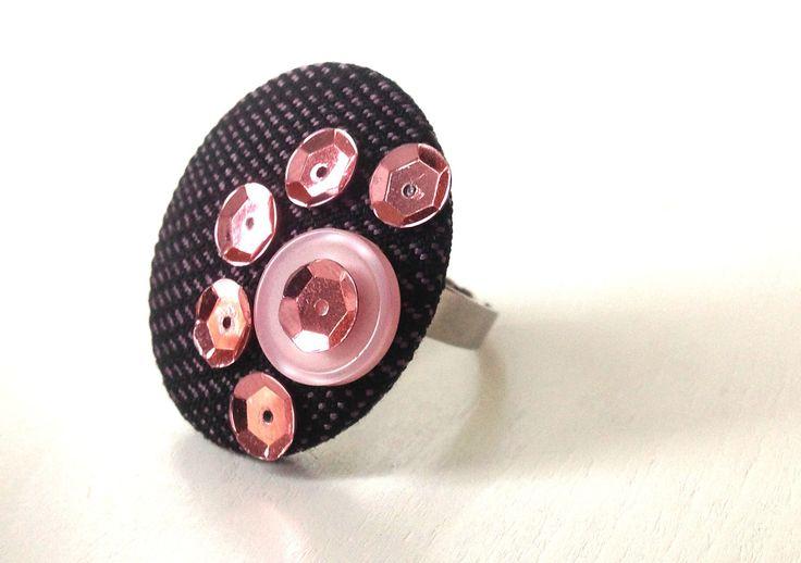 Bague ronde plateau taille réglable avec perle bouton en tissu noir et rose, boutons et sequins roses bonbons. : Bague par c-ligne