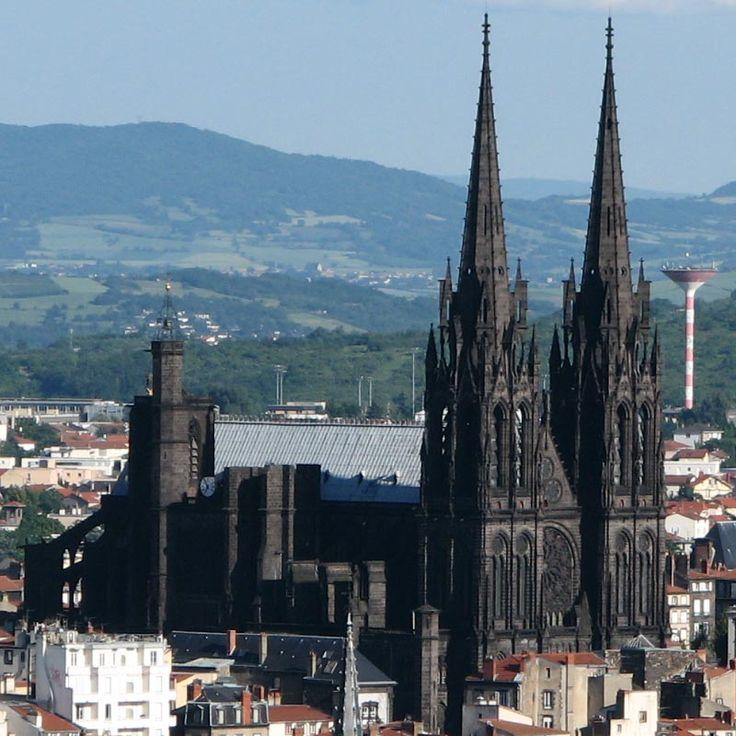 La cathédrale Notre-Dame-de-L'Assomption de Clermont-Ferrand est un édifice gothique dans un région où l'art roman est  très présent. Elle remplace au  milieu du 13°s un édifice roman. Le chantier est lent et à la fin au 15° le portail occidental n'est pas  commencé quand le chantier est abandonné. Il est finalement réalisé dans la 2° moitié du 19°. La cathédrale construite en pierre de lave sombre est d'un style proche du gothique de la France septentrionale avec quelques touches…