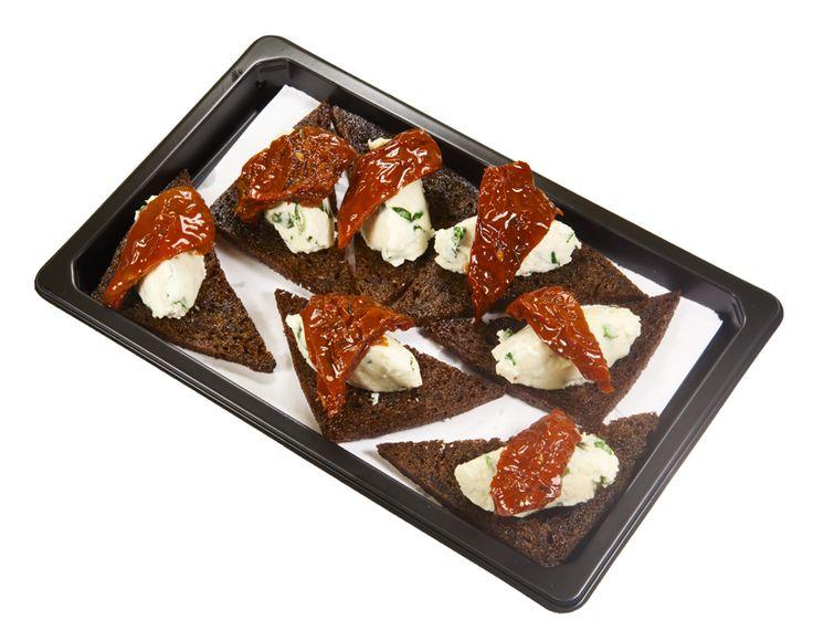 Пряный тост с мягким сыром и вяленным томатом