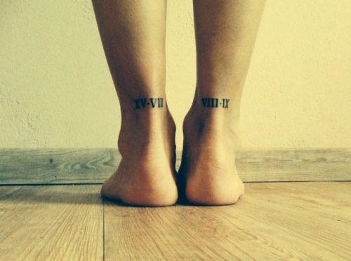 Pequeño Tatuaje de números romanos en el tendón de aquiles.