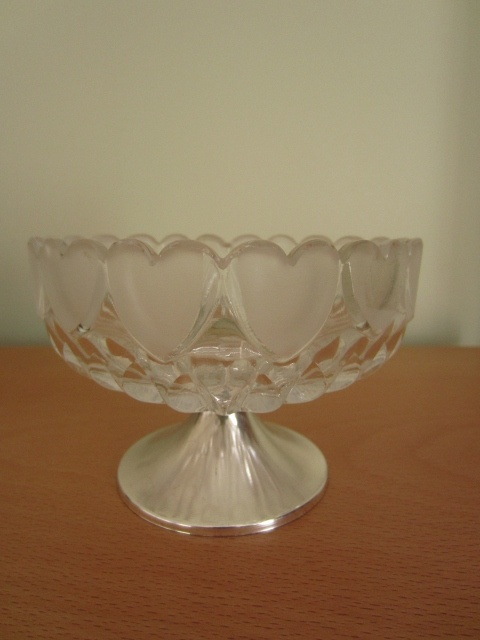 Very cute heart shaped glass bowl - side detail
