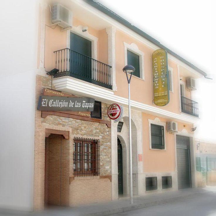Apartamentos Turisticos de Hospedaje Don Diego, www.eresmas.upps.eu, Mit Wi-Fi und klimatisierten Appartements befindet sich die Unterkunft Don Diego in Tomelloso, 32 km von Alcázar de San Juan entfernt. Ruidera ist 24 km vom Haus entfernt. Private Parkplätze stehen vor Ort zur Verfügung. Alle Unterkünfte verfügen über einen Wohn- und Essbereich. Es gibt auch eine Küche in einigen Einheiten, ausgestattet mit Mikrowelle und Kühlschrank.