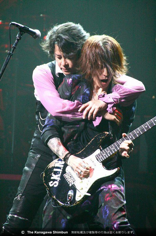 LUNA SEAのギタリストでバイオリニストのSUGIZO(右)と、ボーカルのRYUICHI=愛知・名古屋センチュリーホール(2014年、8月)