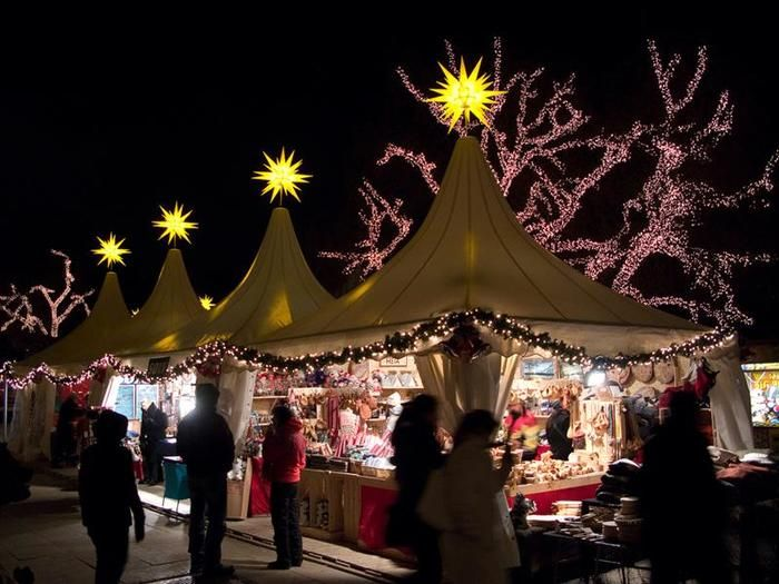 12月に入ると街のあちこちでクリスマスマーケットがオープン。朝から夜まで開いていて、週末の土曜、日曜も営業しているので市民の憩いの場ともなっています。特に夜がロマンティック。手頃な値段の可愛いクリスマスプレゼントを見つけるには最適です♩
