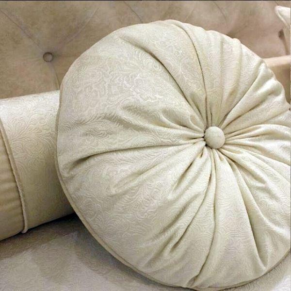 красота в деталях: #декоративная_подушка из фактурного бархата PROZA @kobe_interior_design Дизайн @polezhaevanataliia Заказать #бархат можно в #Galleria_Arben #pillows #подушки #бархат #fabric #ткани #velvet